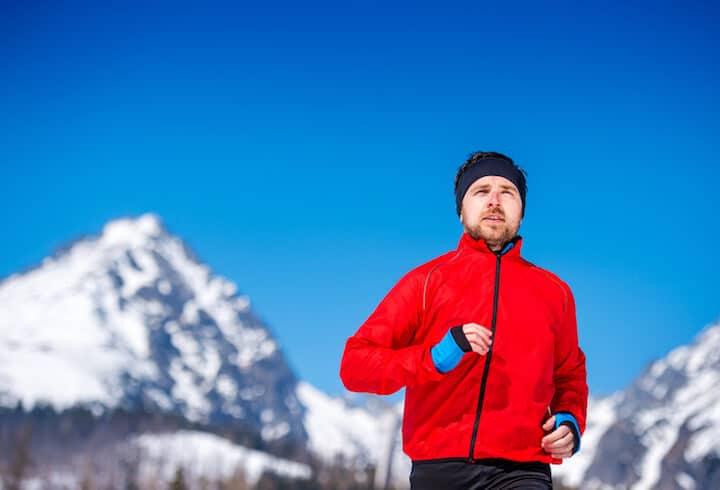 Mann im Winter beim Joggen | © panthermedia.net / halfpoint