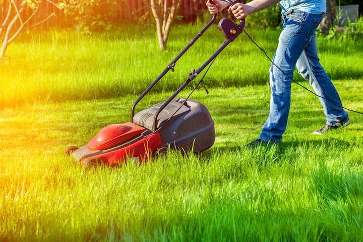 Mann beim Rasenmaehen | © panthermedia.net / maxoidos