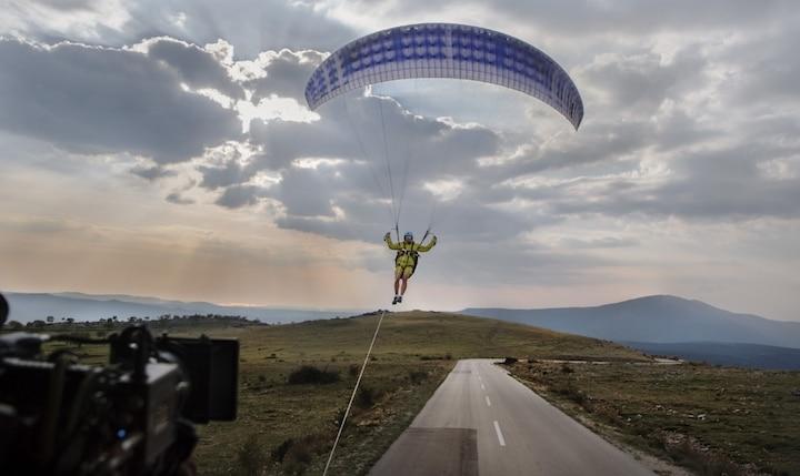 Der spektakuläre Paragliding-Stunt – Präsentiert von den Volvo Trucks
