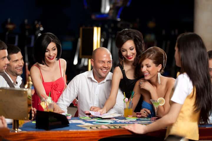 Mann mit Freunden im Casino | © panthermedia.net / shotsstudio