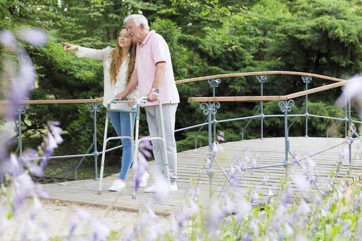 Im Alter auf Hilfe angewiesen sein |© panthermedia.net / photographee.eu
