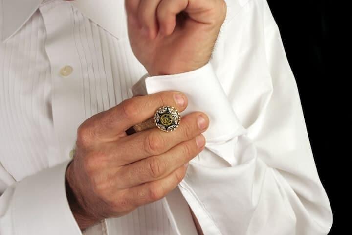 Manschetten vom Hochzeitsanzug | © panthermedia.net / Lisa Young