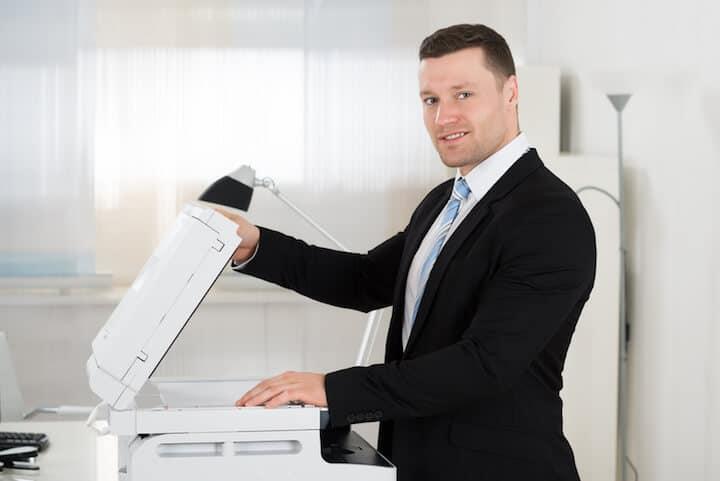 Vorsicht beim Einsetzen einer neuen Druckerpatrone |© panthermedia.net / Andriy Popov