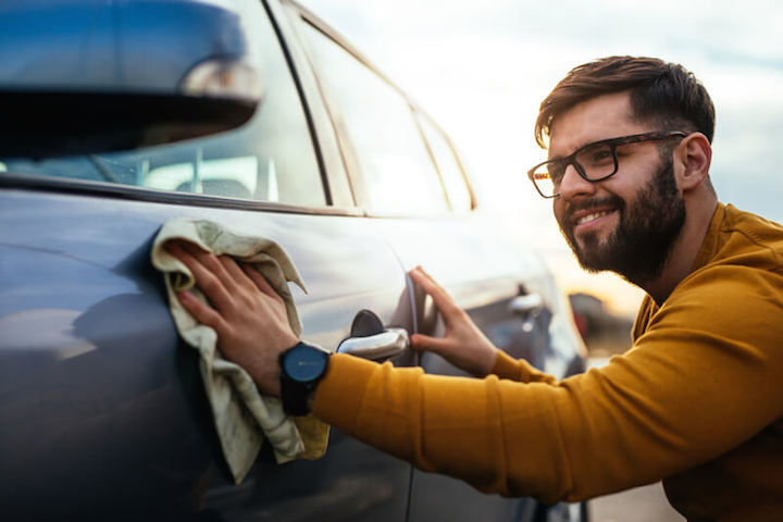 Mann liebt Auto | © panthermedia.net /bernardbodo